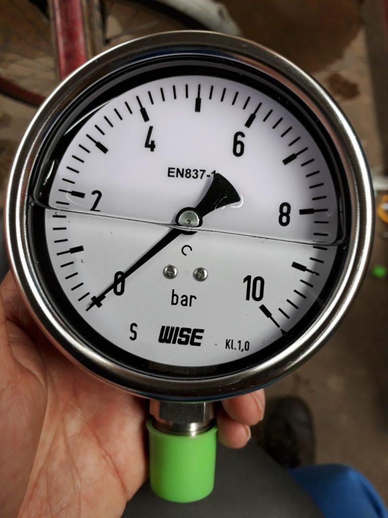 Đồng hồ đo áp suất có dầu 0-10 bar, mặt 100mm, xuất xứ Wise - Hàn Quốc