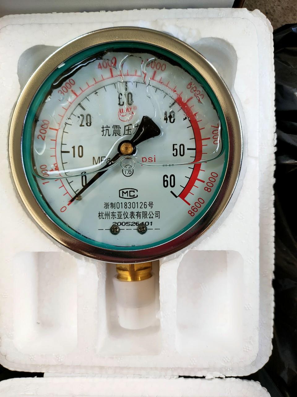 Đồng hồ áp suất dầu 60MPA chân đứng